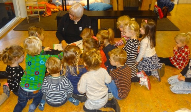Gastdocent Betty Swart van het Wereld Natuur Fonds las de peuters voor bij Skol.