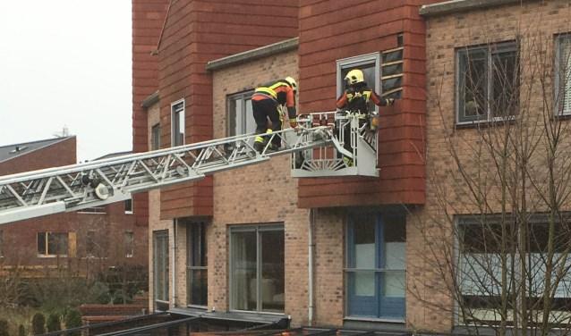 In Poelgeest moest de brandweer te hulp schieten om verdere stormschade aan een gevel te voorkomen. | Foto Frank Dankers