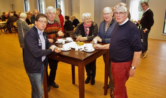 In Willibrords Erf wisselden vrijwilligers bij een heerlijke lunch ervaringen uit. | Foto Willemien Timmers