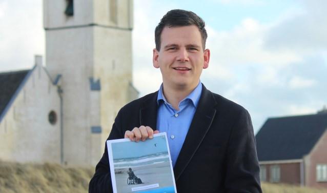 Lijsttrekker Gerard Mostert met het verkiezingsprogramma.