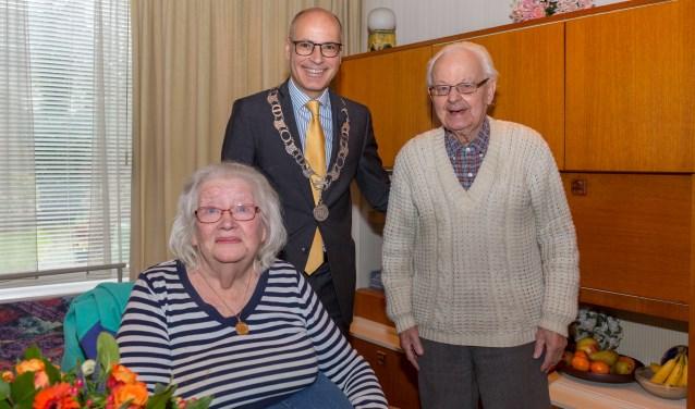 Burgemeester Emile Jaensch feliciteerde het echtpaar met de bereikte mijlpaal. | Foto Wil van Elk