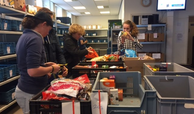 Jongeren van M25 actief bij de Voedselbank.