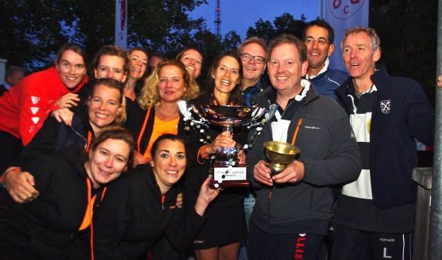 Frits Huffnagel te midden van de winnende teams. | Foto Willemien Timmers