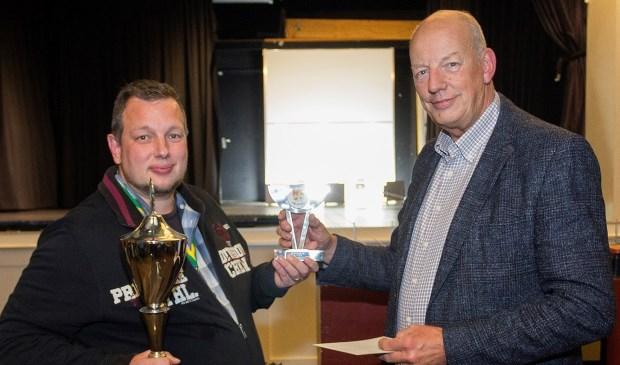 Kampioen Jeroen Schulte ontvangt uit handen van voorzitter Kees van Velzen de trofeeën. | Foto: pr..