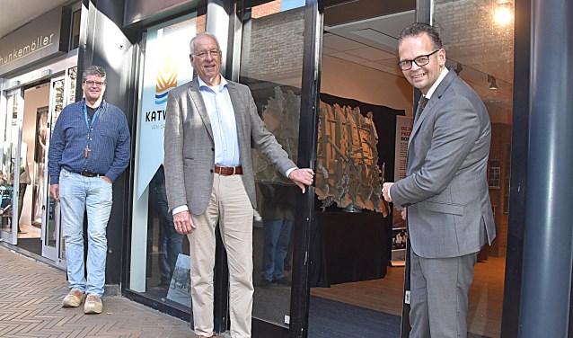 Wethouder Jacco Knape (links) en Piet de Vries voor de pop-upstore van Katwijk van Oranje aan de Taatedam.