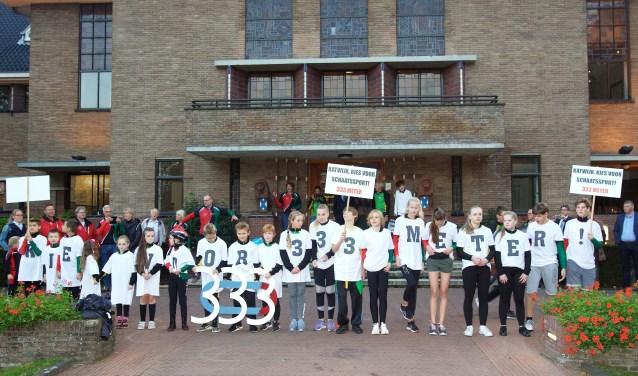 Jeugdleden van de Katwijkse schaatsclubs voerden actie voor het gemeentehuis voor een 333 meter baan.