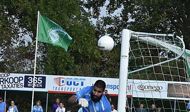 Doelman Amerzine ziet de bal voor de zoveelste keer net naast gaan. | Foto: Piet van Kampen