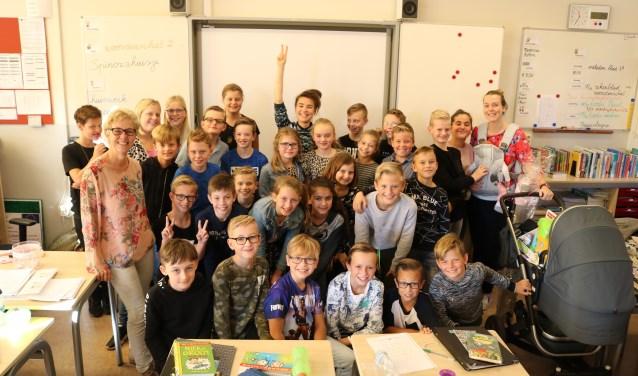 Superjuffie Diewertje Dir temidden van groep 7 van de Oranje Nassauschool.