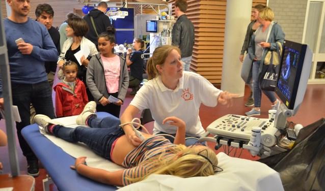 Een meisje werd via een echo onderzocht op de Wetenschapsdag in het LUMC. Foto: Fotobureau Monica van der Stap