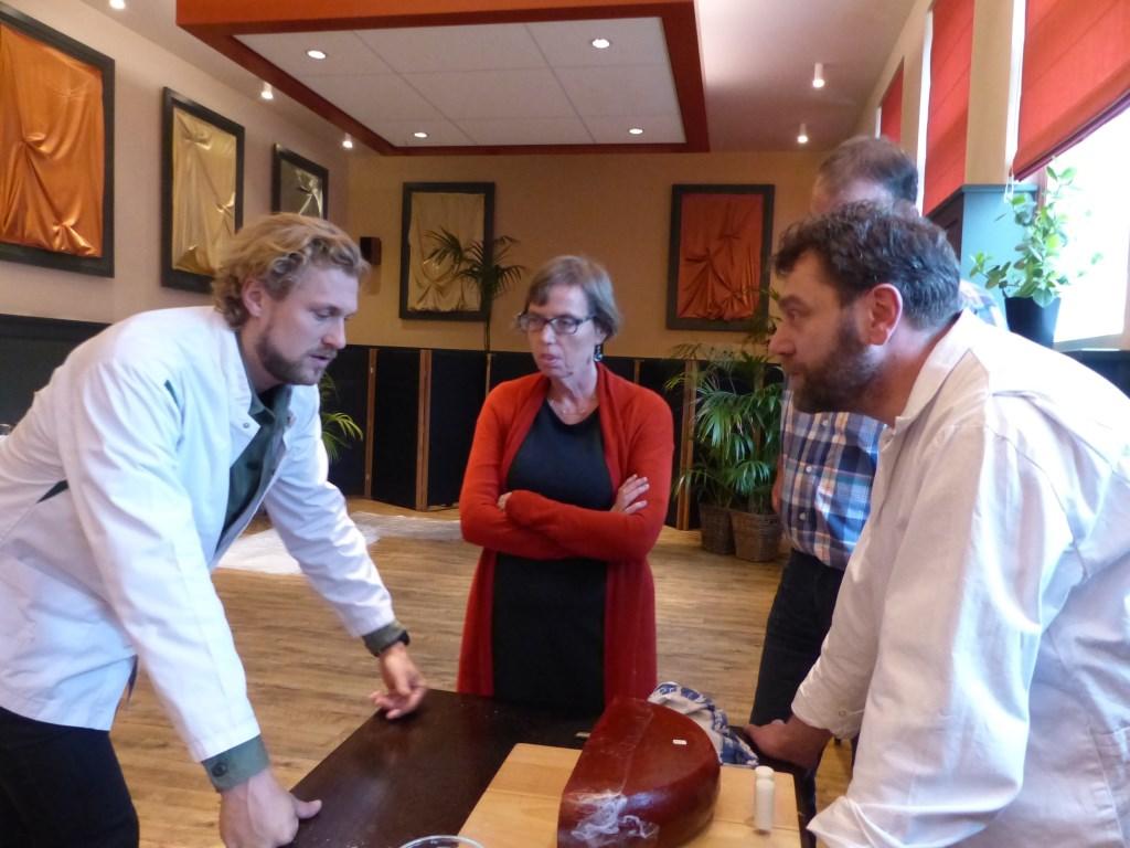 Chefkok Joris Bijdendijk en de SlowFood keurmeesters bespreken de kwaliteit van een boerenleidse kaas.  © uitgeverij Verhagen