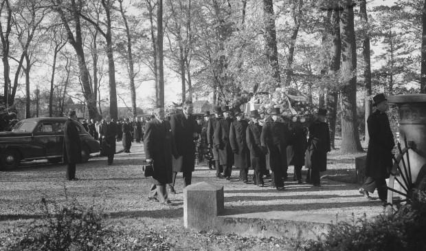 Op woensdag 27 oktober 1948 werden de stoffelijke overschotten van Parmentier, Mac Inerny en Veenendaal onder enorme belangstelling naast elkaar begraven op begraafplaats Rhijnhof. | Foto: CC0/Wikimedia