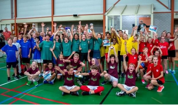 Alle bekerwinnaars bij elkaar met in de groene shirts de teams van de School Kastanjelaan.