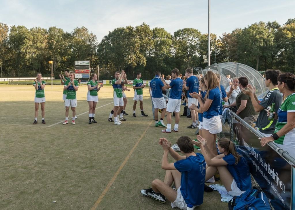 De overwinning van Velocitas wordt met luid gejuich ontvangen.  Foto: Willem Zwanenburg © uitgeverij Verhagen