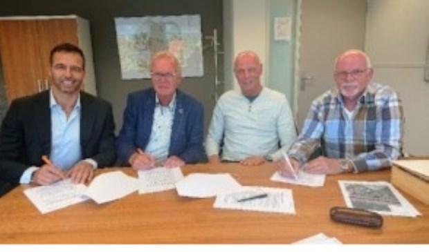 Wethouder Bas Brekelmans ondertekent de verkoop van de grond met de broers Van Gent.   Foto: pr.