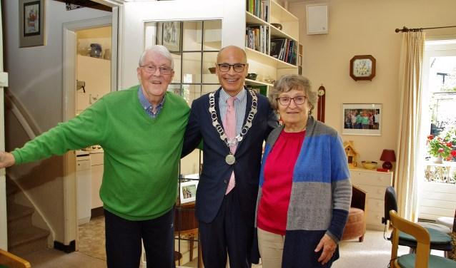 Op woensdag 10 oktober werd het echtpaar verrast met een bezoek van burgemeester Emile Jaensch. | Foto Willemien Timmers
