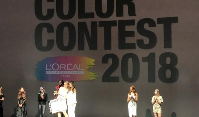 Lise Smit neemt samen met model Deniz de prijs in ontvangst in de categorie Color Me French. | Foto: pr.