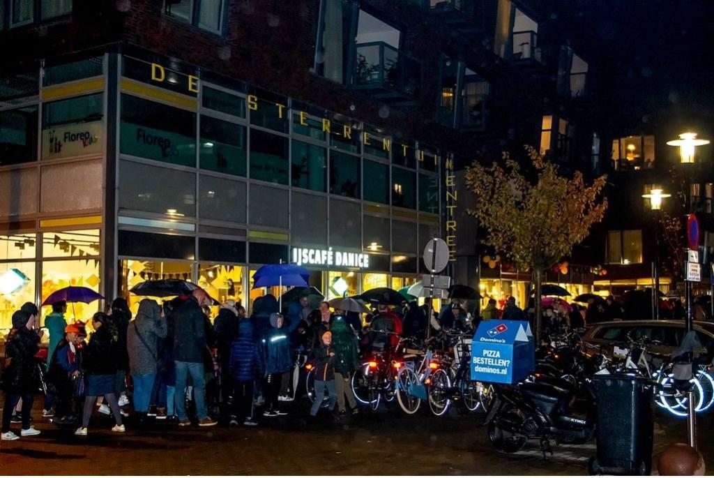Een lange rij wacht tot ze in groepjes toegelaten worden tot de spookroute.  Foto: Johan Kranenburg © uitgeverij Verhagen