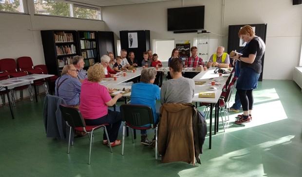 Bezoekers luisteren en kijken mee tijdens de workshop. | Foto: pr.