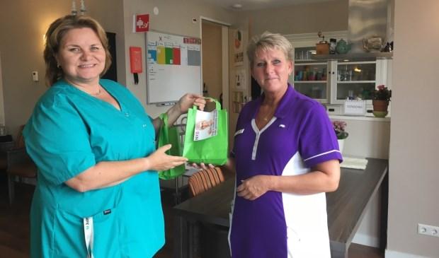 De verpleegkundigen ontvangen extra mondzorgpakketjes van de mondhygiëniste van praktijk Diana van Staden. | Foto: pr.