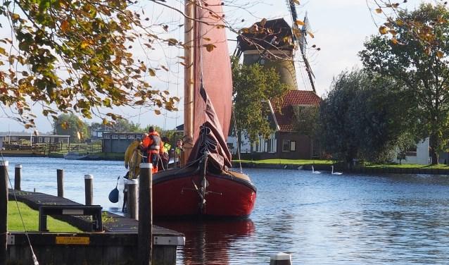 De schepen brengen de lading Friese mest naar Warmond en nemen bloemenbollen mee terug. | Foto: pr./Henk Keijzer