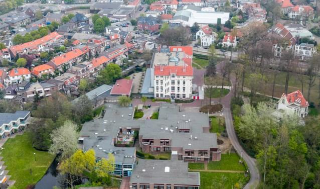 Het CARP-gebouw staat links naast het gemeentehuis.