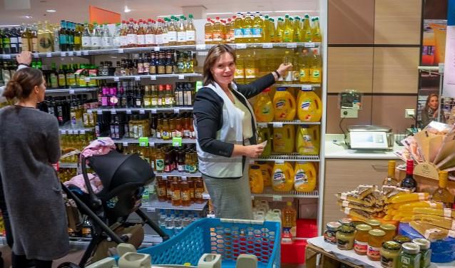 Ook wethouder Angelique Beekhuizen (LPL) deed zaterdag inkopen voor de Voedselbank.