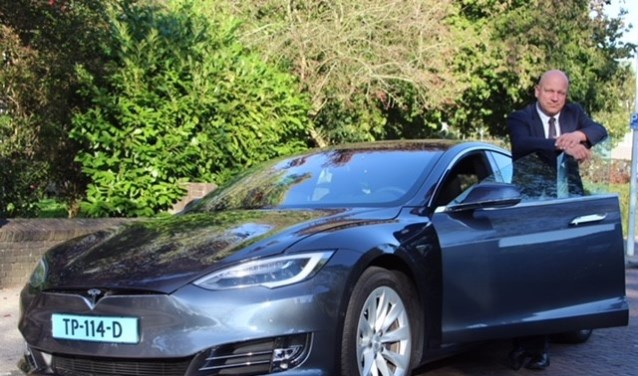 Eigenaar Erwin van Eekhout met de Tesla.