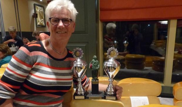 Lidia van Leeuwen van kaasboerderij De Vierhuizen met alle bekers en de prijswinnende kaas.