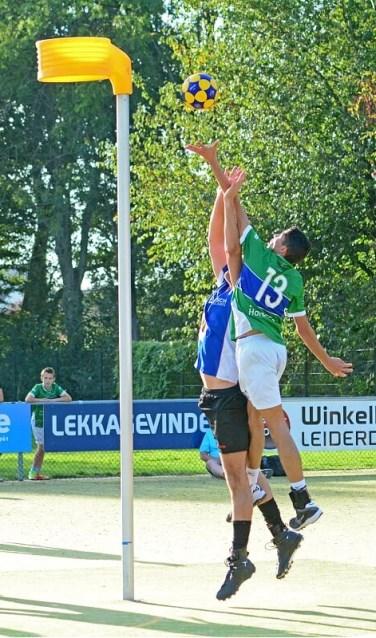 Nick van der zee in actie in de rebound.   Foto: Frans van Herwijnen Foto: Frans van der Herwijnen © uitgeverij Verhagen