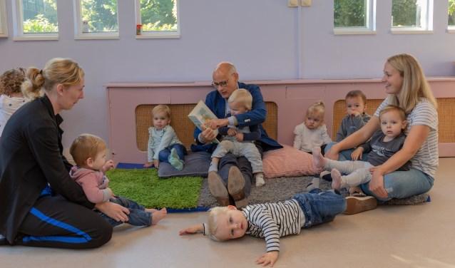 De burgemeester las ook voor aan de jongste kinderen. | Foto Wil van Elk