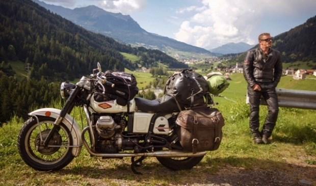 Journalist Paul van Hooff reist op zijn trouwe metgezel 'Guus', een Moto Guzzi V7 uit 1975. | Foto: pr.