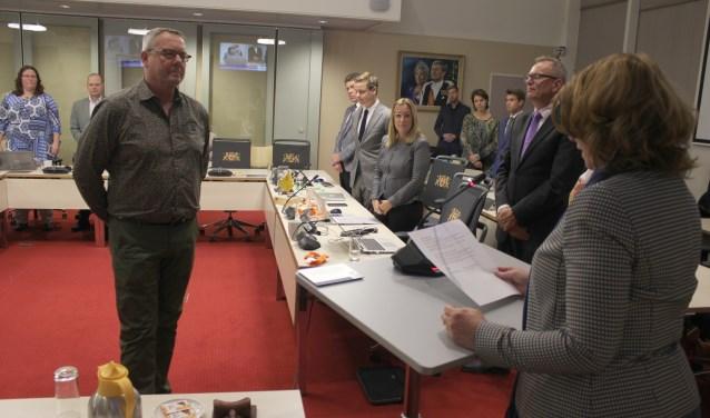Don Verhoeff legt de belofte af ten overstaande van de voorzitter van de gemeenteraad, burgemeester Carla Breuer.  Foto: NK