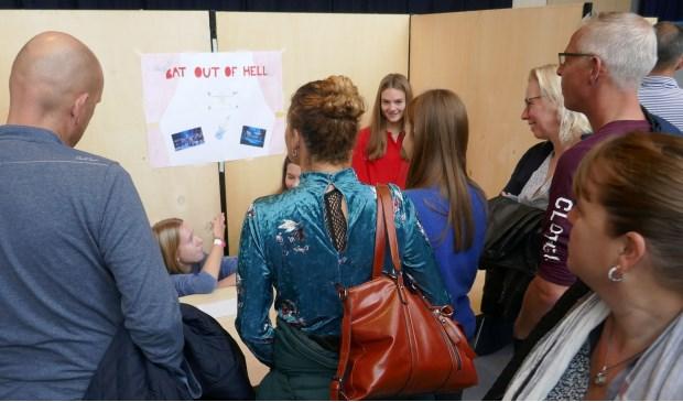 De leerlingen vertellen aan de hand van een presentatie aan hun ouders wat ze hebben beleefd tijdens de Engelandreis. | Foto: pr.