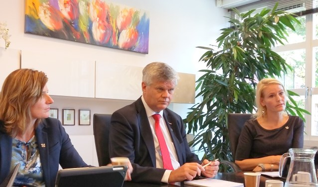 De wethouders Jolanda Langeveld, Kees van der Zwet en Jeanet van der Laan bij het presenteren van de begroting.