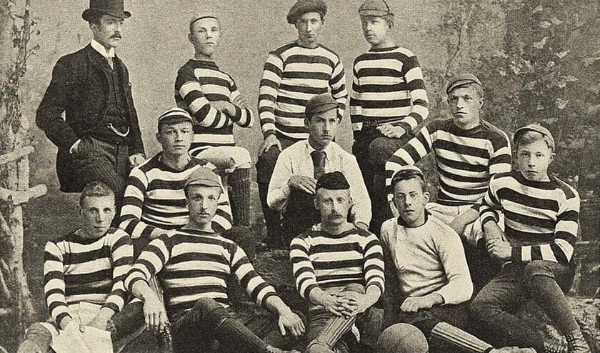 Teamfoto van de Haarlemsche Football Club uit 1887. | Bron: Wikipedia