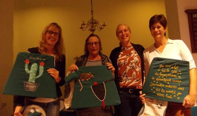 vlnr: Angela met de cactus gemaakt door Marjon Weijers, Tiny Springer, dominee Esmeralda Mandemaker en Suzanne van der Ploeg. | Foto: Piet de Boer