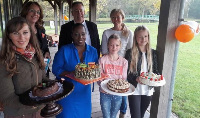 De winnaars van de eerste editie met hun zelfgebakken Fairtrade-taarten. | Foto: archief