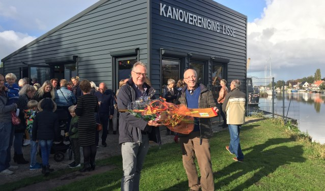 Blije gezichten aan de Ringvaart: de officiële opening van het nieuwe onderkomen van de kanovereniging is een feit.