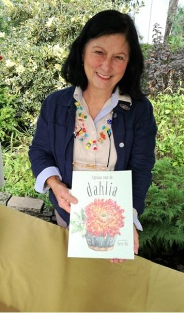 Marie Mul signeert na de workshop haar boek 'Applaus voor de dahlia'. | Foto: pr.