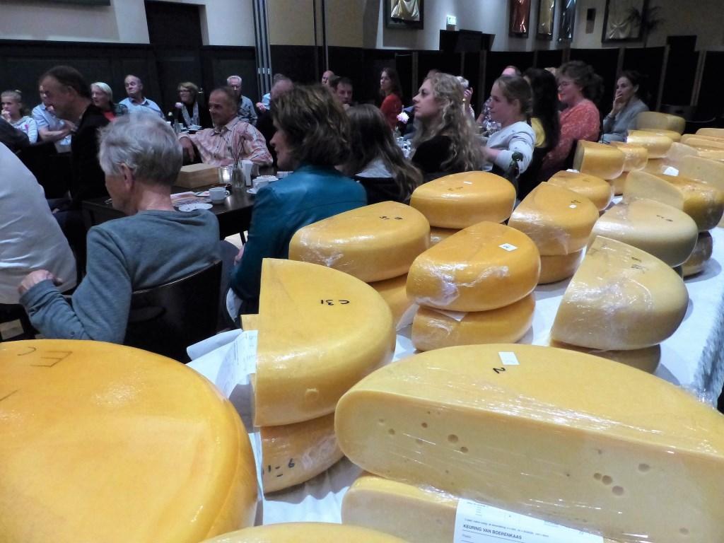 Een volle zaal tijdens de prijsuitreiking van de kaaskeuring Rondom Leiden.  © uitgeverij Verhagen
