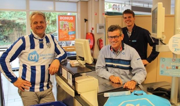 Hans Oudshoorn (l) verlengt voor drie jaar het sponsorcontract met Warmunda. Voorzitter Matthieu van Winsen (m) is daar maar wat blij mee. | Foto: pr.