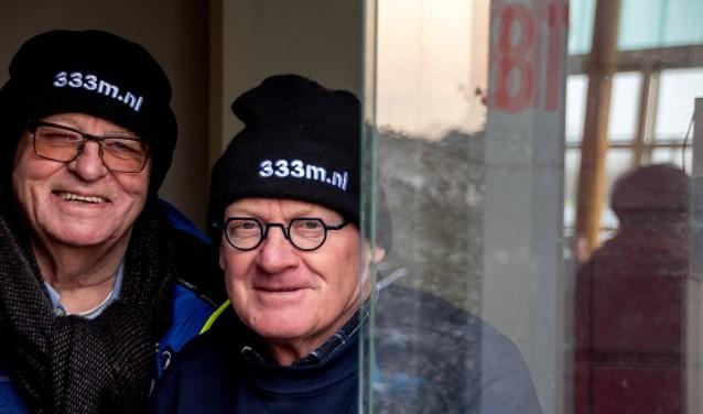 Oud-voorzitter Gert Hogervorst (links) en voorzitter John de Lange van de VIJL riepen tijdens de ijsperiode in maart via hun mutsen op om bij te dragen aan een ijsbaan van 333 meter.