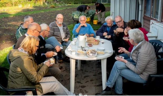 De ontvangst van de oorkonde wordt gevierd met koffie en Limburgse vlaai.   Foto: Johan Kranenburg © uitgeverij Verhagen