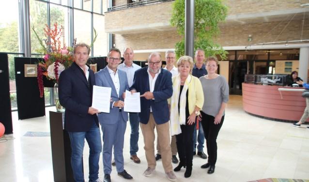 Blije gezichten na ondertekening van het (ver)huurcontract met de gemeente Katwijk.