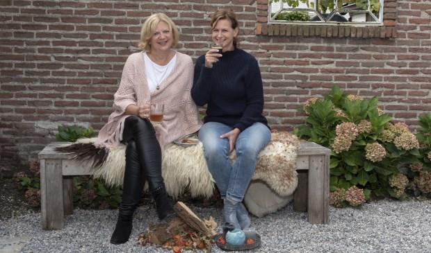Jacqueline Eenens (l) en Jacqueline van Heteren organiseren de herfsteditie van het Boezemcafé voor vrouwen die geraakt zijn door borstkanker.