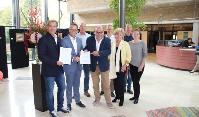 Drie partijen zetten tijdens de officiële bijeenkomst hun handtekening. | Foto Elske van der Valk.
