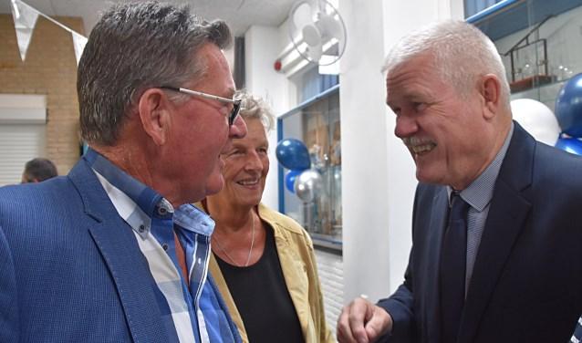 Wim Glasbergen (rechts) in gesprek met gasten tijdens een geanimeerde receptie.