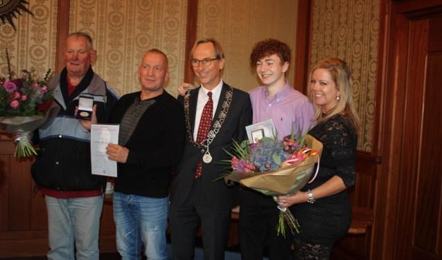 Op het gemeentehuis van Noordwijkerhout werden penning en bloemen overhandigd. | Foto: pr Foto: pr © uitgeverij Verhagen