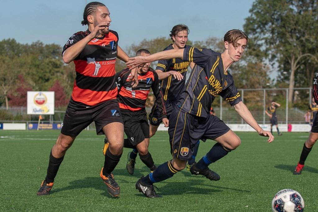 Tim Bakker in duel om de bal. Foto: Paul Lichtenbeld, lichtenbeldfoto.nl © uitgeverij Verhagen