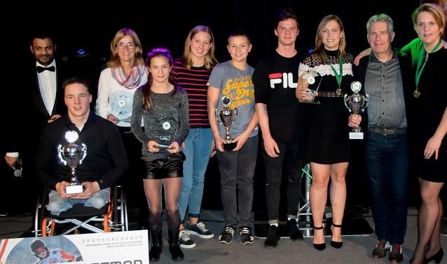 Presentator Rudo Slappendel (geheel links) met alle winnaars van 2017.